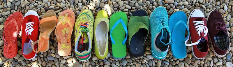 色々な形の靴が並んでいる画像