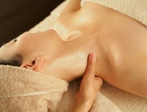 エサレンマッサージを受ける女性の画像