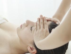 心と身体に意識を向けながらエサレンマッサージを受ける女性の画像
