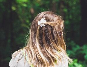 後ろを向いている少女の画像