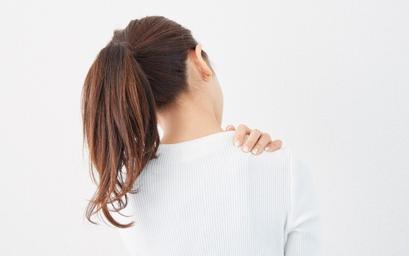 肩こり気にする女性の画像