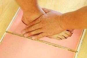 オーダーメイドインソールの足型を取っている画像