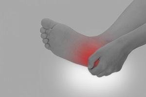 足の痛みを気にする様子の画像