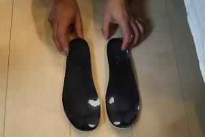 普段履いている靴の中敷きをチェックしている様子