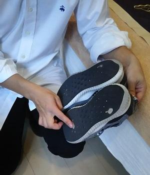 普段履いている靴の底をチェックしている様子
