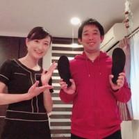 オーダーメイドインソールを持った松本様と一緒に撮った写真