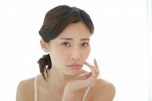 肌の悩みを抱えている女性の画像